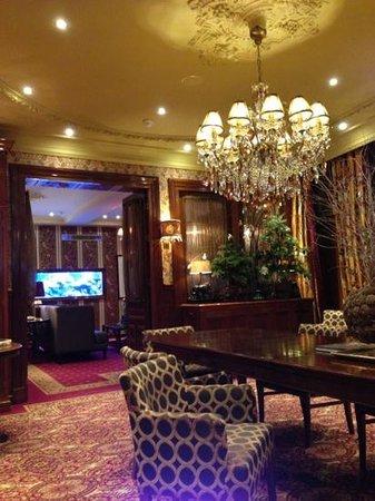 Hotel Estherea: lounge/library area
