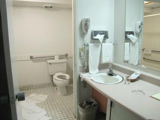 Uncle Billy's Hilo Bay Hotel: bathroom