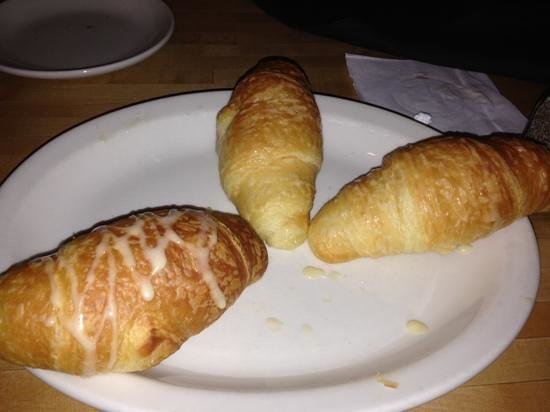 California Dreaming Restaurant & Bar: honey buttered croissants, mmmm good !