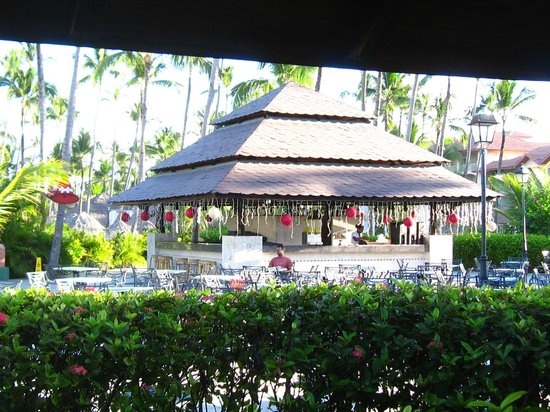 Majestic Colonial Punta Cana: Courtyard Bar and Nightly Entertainment area