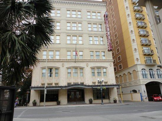 Drury Inn & Suites San Antonio Riverwalk: Front of Drury