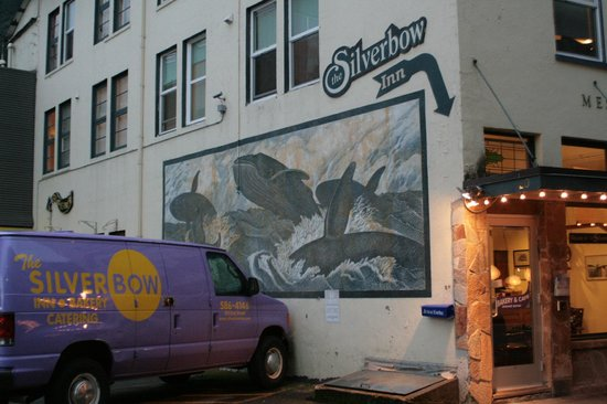 Silverbow Inn, a Boutique Hotel: Enter next to bakery (get a cookie)