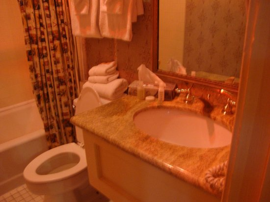 Place d'Armes Hotel: bathroom room 214