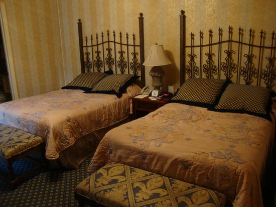 Place d'Armes Hotel: double beds in room 214
