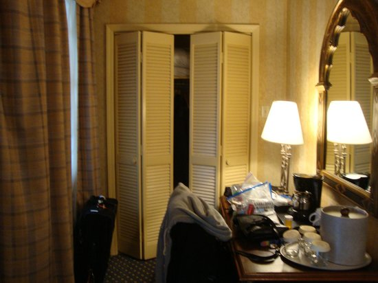 Place d'Armes Hotel: room 214