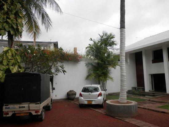 Taru Villas - Lake Lodge: Entrance area / car park.