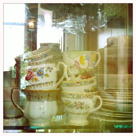 Peace and Plenty Inn: quaint chinaware