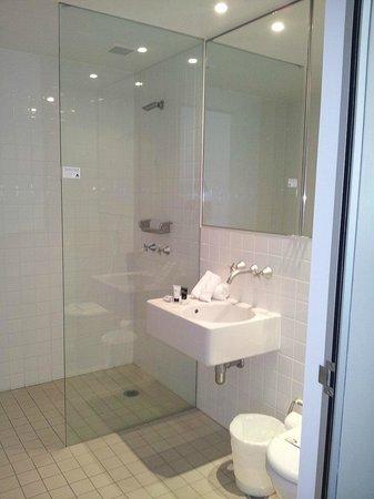 ULTIQA Air On Broadbeach: Twin bedroom bathroom
