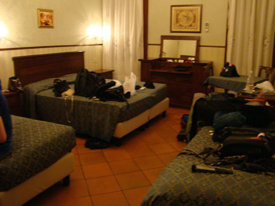 A La Locanda di Orsaria: Standard quad room on first floor - plenty of room and great air conditioning.