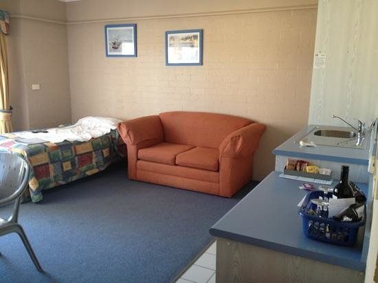 Harbour Royal Motel: living room