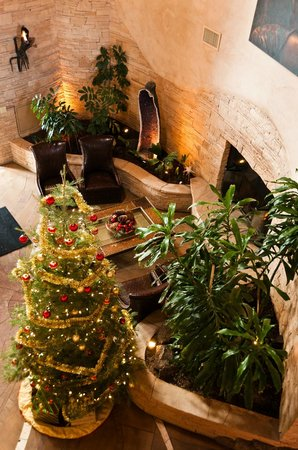 El Monte Sagrado: Holiday decor in lobby