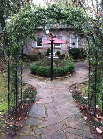 Chanticleer Inn Bed and Breakfast: Courtyard