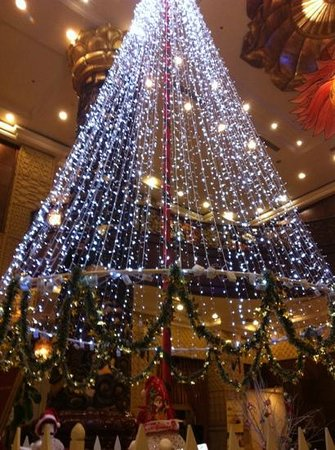 Imperial Hotel: Christmas tree in the lobby