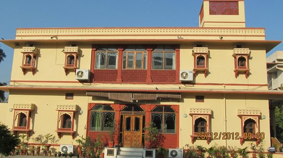 Devi Niketan Heritage Hotel: Front view from entry gate side