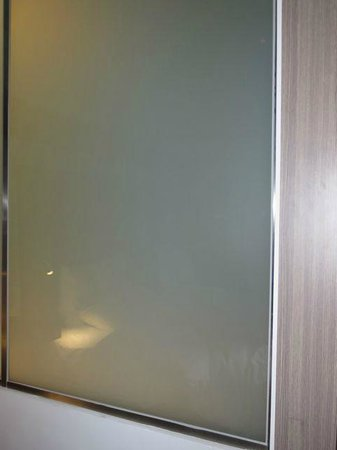 Hotel Novotel Taipei Taoyuan International Airport: Bathroom glass can be blurred