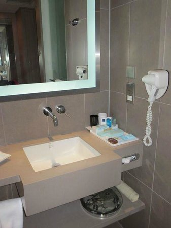 Hotel Novotel Taipei Taoyuan International Airport: Bathroom with ammenities