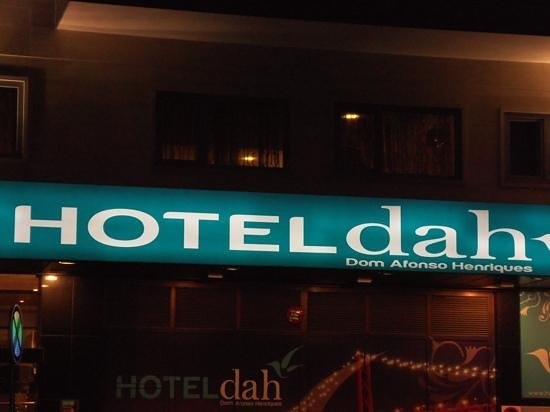 Hotel Dom Afonso Henriques : lit sign out front (night time).