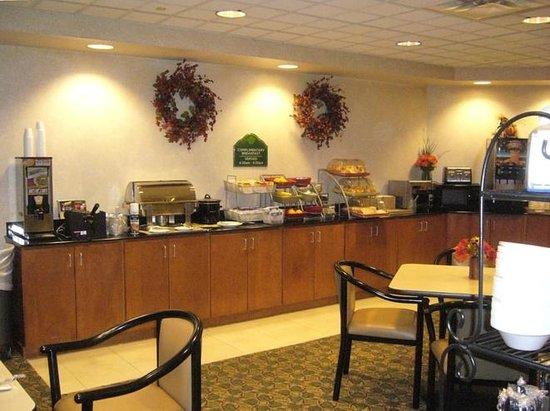 Wingate by Wyndham Little Rock: Good breakfast choices