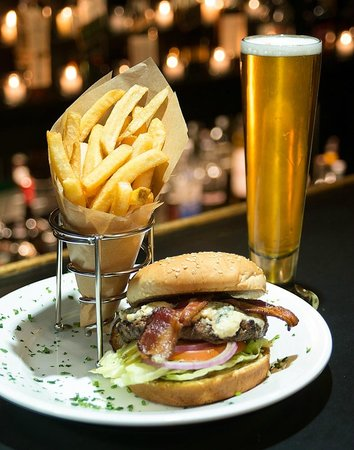 Airtel Plaza Hotel: Clipper Burger, Beer and Fries