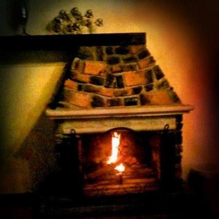 Hotel Antiguo Vapor: Chimenea habitación Codornices