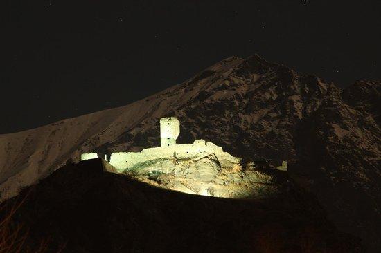 Hotel Napoleon : Vista notturna del castello e del monte dall'albergo
