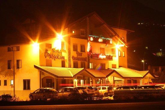 Hotel Napoleon: Vista notturna dell'albergo