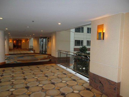 Hilton Paris Charles de Gaulle Airport: couloir d'accès aux chambres