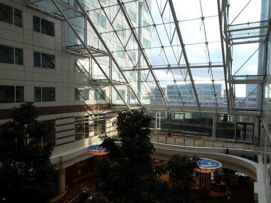 Hilton Paris Charles de Gaulle Airport: atrium