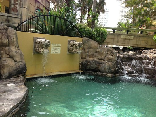 Mantra Sun City : Fountains into the small pool