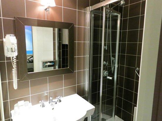 Louison Hotel: salle de bain bien équipée