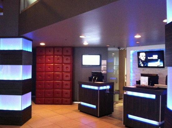 Hotel Huntington Beach: Front desk area
