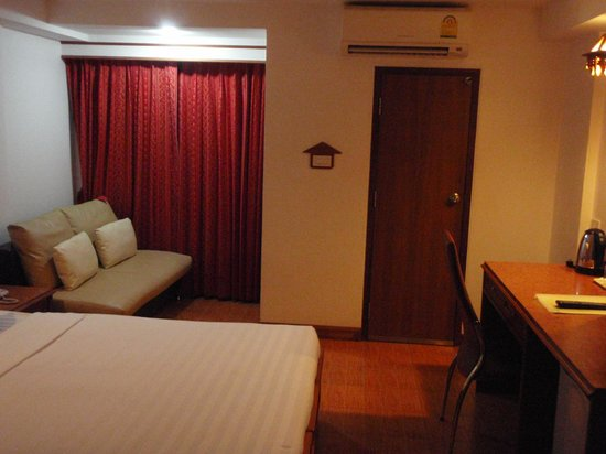 KC Place Hotel Pratunam: Toilet Door And Sofa Resting Area With Window