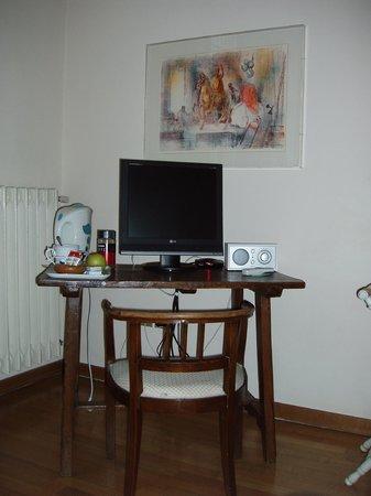 scrittoio - Picture of Soggiorno Rondinelli, Florence - TripAdvisor