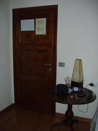 Soggiorno Rondinelli: porta d'ingresso