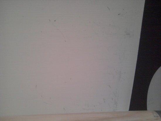 NH Napoli Ambassador: Una parte delle pareti sporche della stanza