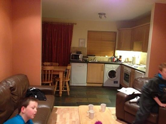 Upton Court Hotel and Holiday Cottages: living room & kitchen