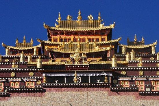 Sumtsaling Monastery: Golden roofs of Songzanlin Monastery