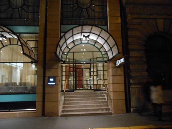 K+K Hotel Opera: вход в отель