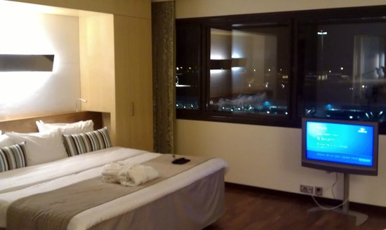 Hilton Helsinki Airport: Room: bed & TV