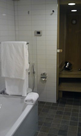 Hilton Helsinki Airport: Bathroom & sauna