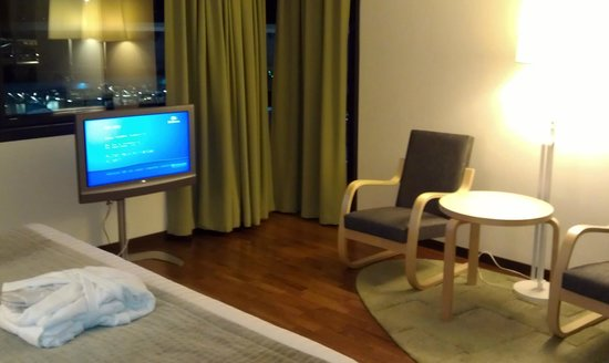 Hilton Helsinki Airport: Room: TV & chairs