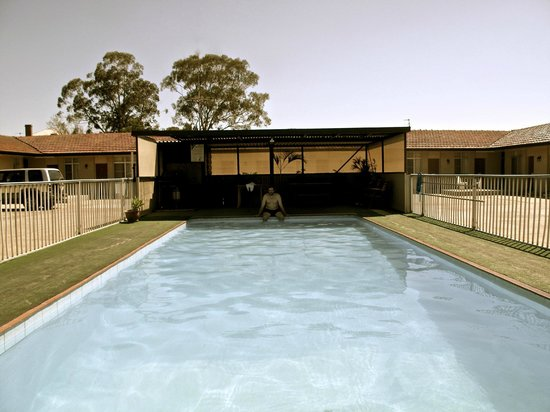 Best Western Endeavour Motel : swimming in the carpark