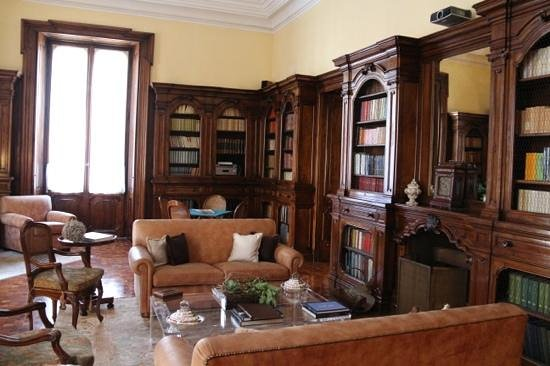 Villa Spalletti Trivelli: the Library which has a projector tv for guests.