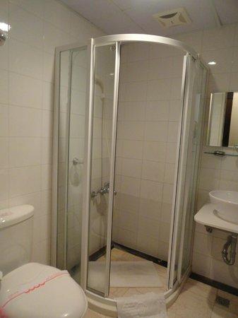 Qingjing Farm Guest House: Bathroom