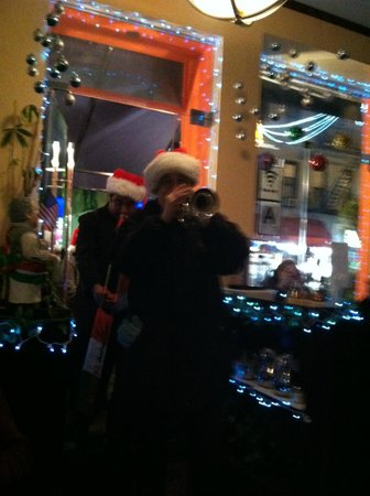 Luna Restaurant & Pizza: A very welcomed X-mas group came strolling thru playing X-mas carols that evening!