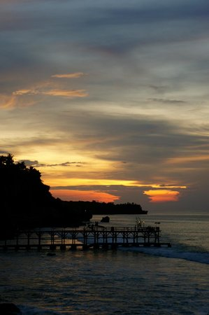 AYANA Resort and Spa: Sunset at rock bar
