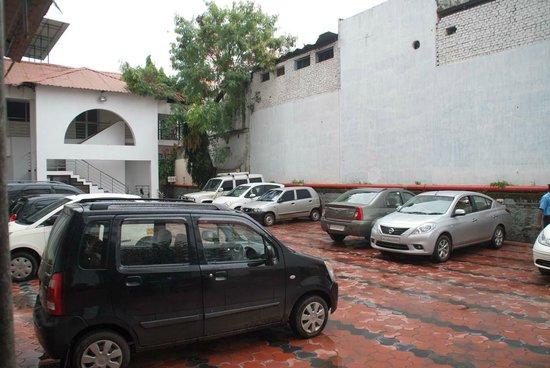 Chaithram Hotel: Parking
