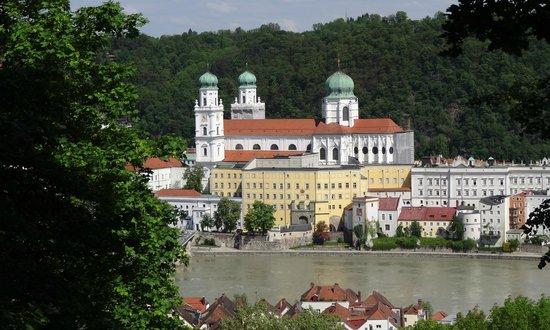 Hotel König: Passauer Dom von der anderen Inn-Seite