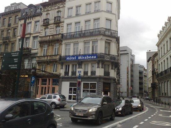 Hotel Mirabeau: Visuale dall'uscita della Metro Anneessens