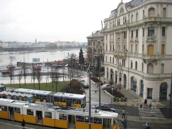 Danubius Hotel Gellert: お部屋からドナウを望む、手間にトラムの駅